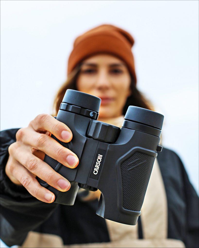 Imagen de exploración y observación: mostrando a una chica con binoculares